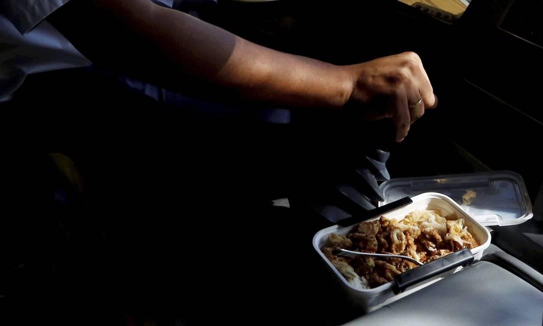 Aquecida sob o capô do motor, comida fica com gosto de diesel Foto: Custódio Coimbra / Agência O Globo