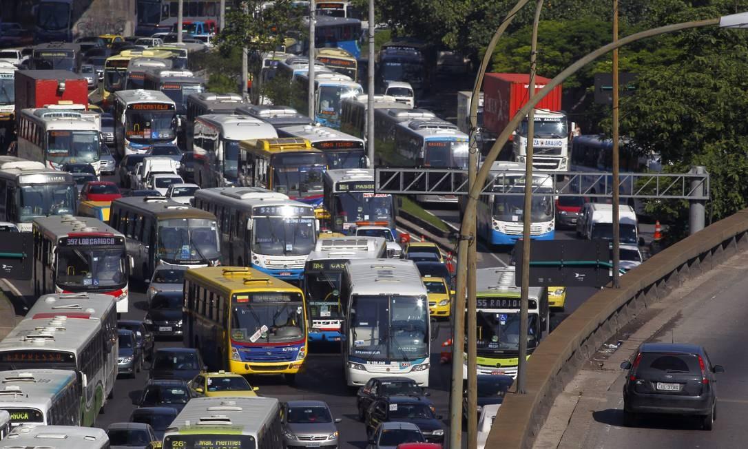 Engarrafamentos, problema diário no cotidiano dos motoristas Foto: Custódio Coimbra / Agência O Globo