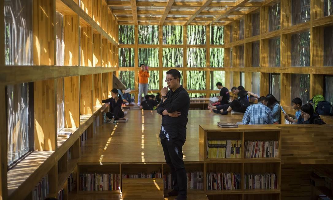 O arquiteto Li Xiaodong dentro da sua criação: luz natural fornece toda a iluminação da biblioteca Foto: SIM CHI YIN / NYT
