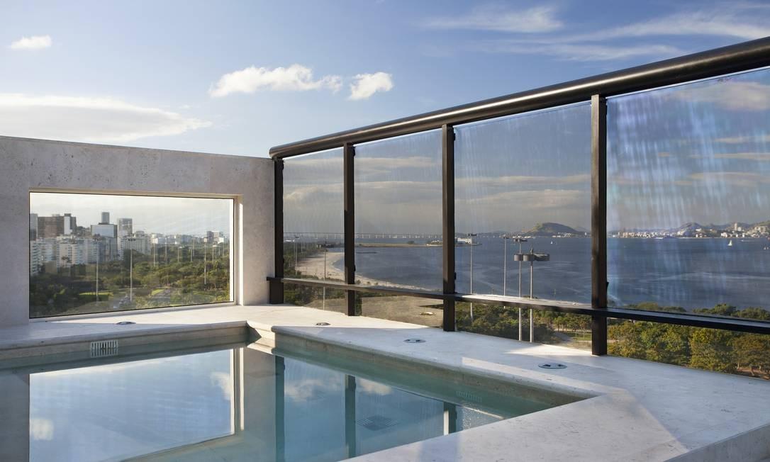 Ao projetar a piscina de uma cobertura na Praia do Flamengo, para aproveitar ao máximo a vista, a arquiteta e paisagita Carmen Mouro fez um recorte no muro lateral e o fechou com vidro transparente Divulgação