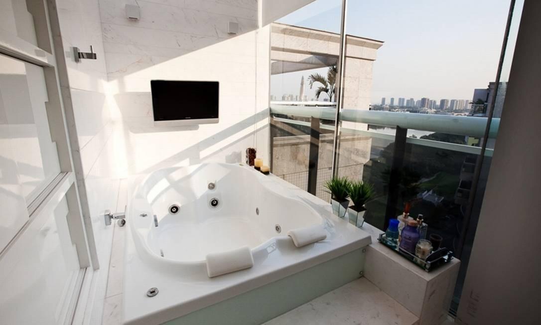 A arquiteta Mariana Vaz, do Escritório Arquitetando, fechou uma parte da área externa de um apartamento na Barra da Tijuca para inserir uma hidro no banheiro de uma das suítes Divulgação