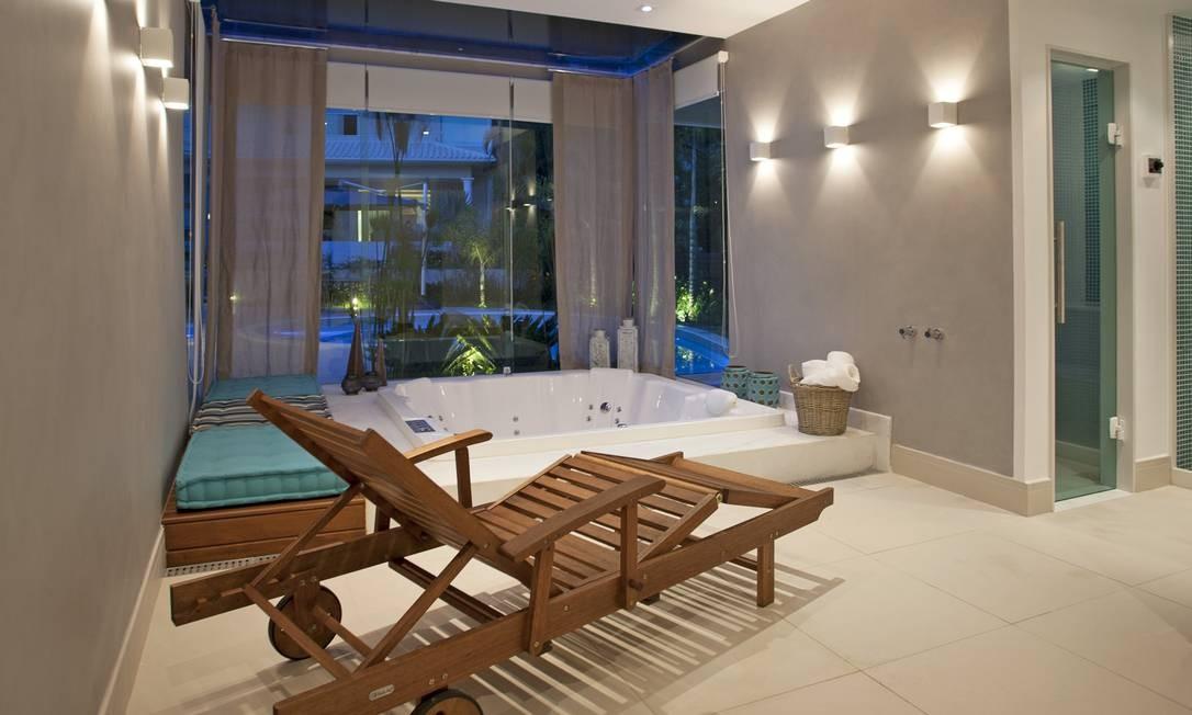"""Dentro do spa """"caseiro"""", é possível usar a hidro enquanto se aproveita a vista da piscina Divulgação"""