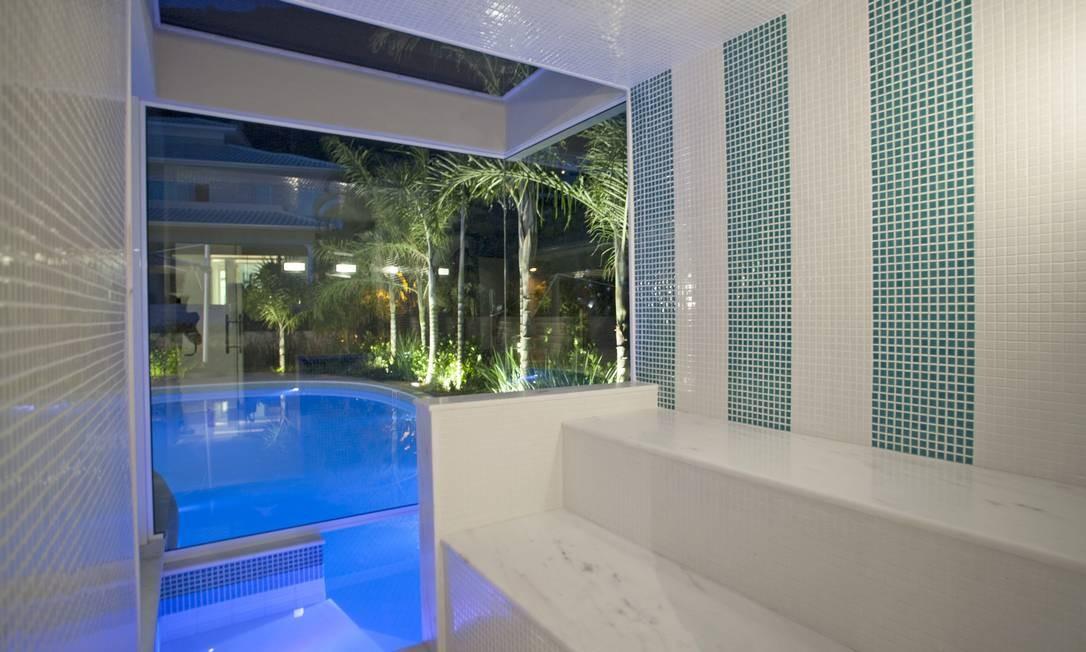 Da piscina, é possível chegar diretamente à sauna Divulgação