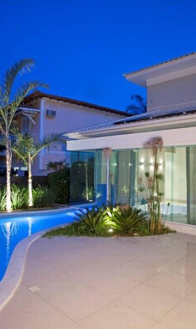 No projeto de Lana Rocha para uma casa em Niterói, a piscina, hidro e sauna foram integrados Divulgação