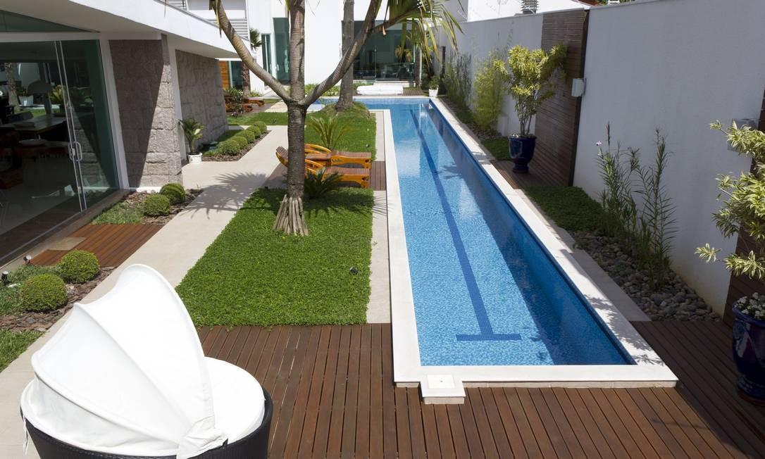Nesta casa no bairro de Jardim Social, em Curitiba, o casal com dois filhos universitários aproveitou a lateral do jardim para criar uma raia de natação Roger Dipold / Divulgação
