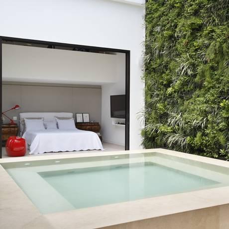 Na cobertura em Ipanema, a vegetação na parede escondeu o paredão do vizinho e a piscina foi transformada em hidro Foto: Denilson Machado