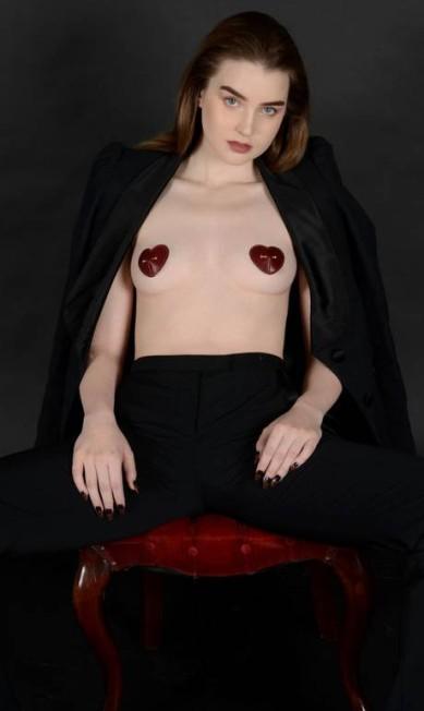"""A tempo do dia dos namorados do hemisfério norte, o estilista Marc Jacobs lançou, em parceria com Zana Bayne, uma linha de acessórios eróticos. Há de """"pastéis de mamilos"""" (como o da foto) a chicotes Divulgação"""