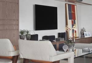 Neste projeto de Solange Medina, os aparelhos de ar condicionado split ficam no alto de uma estante da sala e podem ser escondidos com a porta de correr Foto: Divulgação