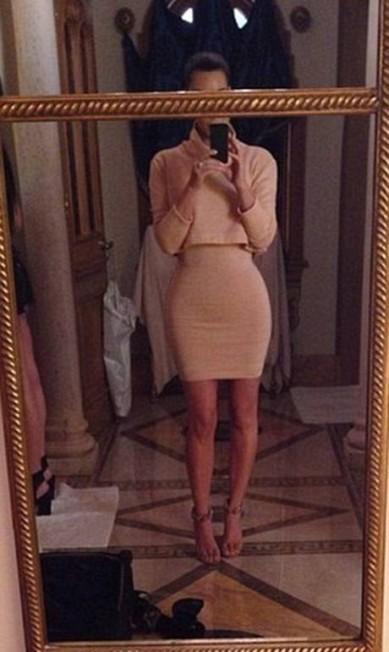 Mesmo quando não há nenhum vestígio do Photoshop, uma simples comparação com fotos que não foram tiradas em casa e sim por paparazzi, ajuda a revelar o verdadeiro corpo da celebridades. Nesta foto, os fãs apontaram que a cintura de Kim estaria muito mais fina do que ela normalmente ostenta nas semanas de moda... Reprodução/Instagram
