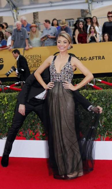 """A atriz Sarah Hyland, de """"Modern Family"""", também precisou de uma ajudinha para não fazer feio no red carpet MIKE BLAKE / REUTERS"""