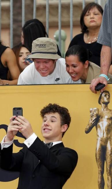 """O ator Nolan Gould, de """"Modern Family"""", fez selfie com os fãs MIKE BLAKE / REUTERS"""