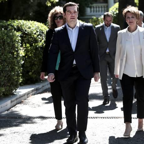 Alexis Tsipras e a nova porta-voz do governo, Olga Gerovasili, deixam o palácio presidencial após posse de novos ministros Foto: ANGELOS TZORTZINIS / AFP