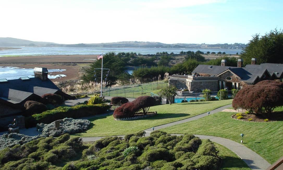 No Bodega Bay Lodge Resort há quartos amplos, em meio à vegetação Foto: Divulgação / Divulgação
