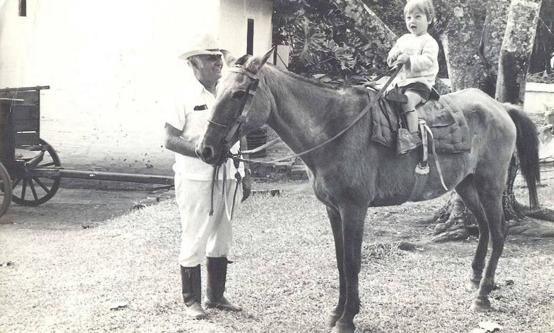 Rodrigo aos 4 anos com o avô, na fazenda no interior de São Paulo Foto: Acervo pessoal