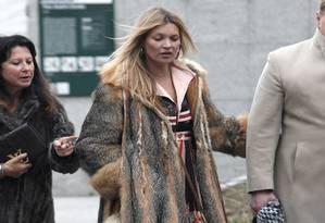 Kate Moss brilhou no desfile masculino da Louis Vuitton, mas não na passarela, como de costume. A top surgiu para prestigiar a apresentação com um sobretudo de pele Foto: Thibault Camus / AP