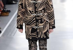 Os luxuosos casacos estampados foram o carro-chefe do desfile da Louis Vuitton Foto: FRANCOIS GUILLOT / AFP
