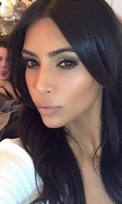 """Rainha das selfies, Kim teve um de seus últimos autorretratos 'estragado' por seu maquiador, Mario Dedivanovic. Em tom de brincadeira, a socialite compartilhou com seus seguidores um clique em que o Mario aparece atrás dela, mostrando a língua. """"Eu estava tentando tirar um selfie"""", escreveu Kim Reprodução/ Instagram"""
