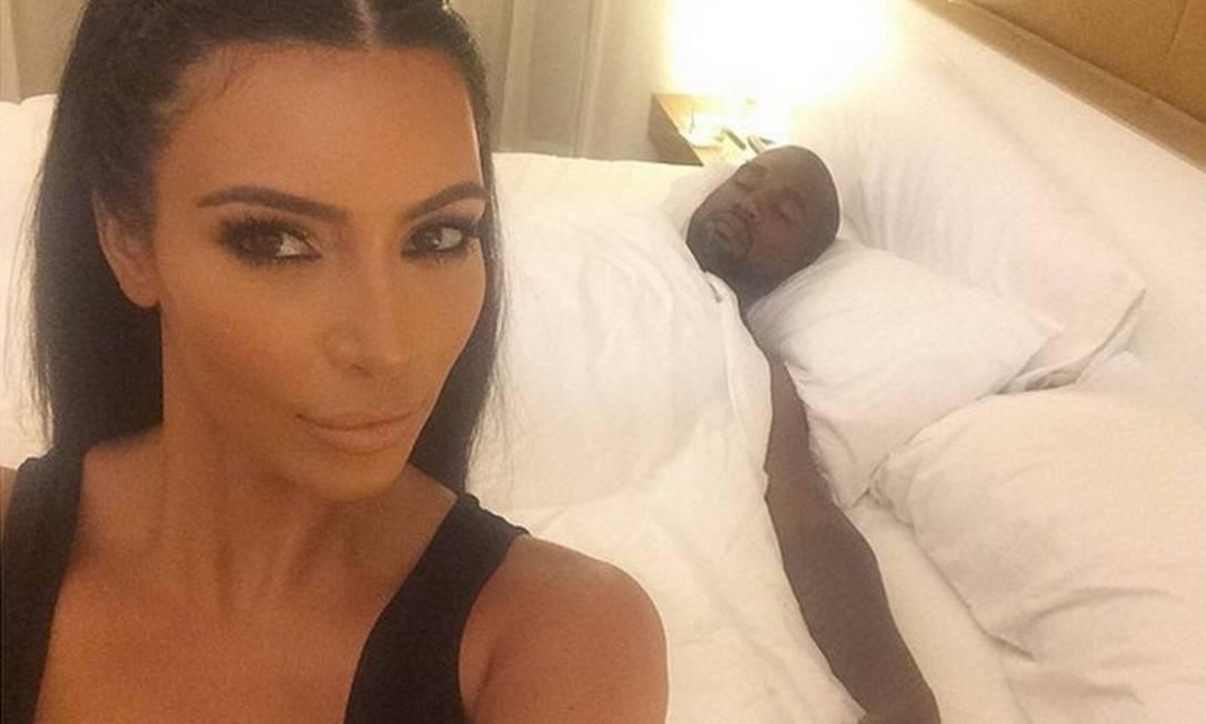 Cuidadoso com a imagem, Kanye West foi parar no selfie de Kim dormindo. Detalhe: ela estava toda maquiada Reprodução/ Instagram