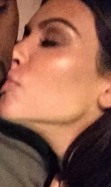 """Kim publicou uma imagem no Instagram em clima de romance com o marido, o rapper Kanye West. Este foi um dos cliques mais """"fofos"""" que surgiu na página da socialite nos últimos tempos. Na legenda, apenas um """"boa noite"""" Reprodução/ Instagram"""