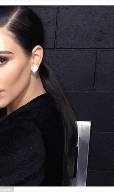 Kim cortou a própria filha, North West, de uma imagem publicada em seu Instagram. A atitude foi bem criticada por seus seguidores, que acusaram a socialite de ser narcisista e vazia Reprodução/ Instagram
