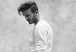 Aos 39 anos e aposentado dos campos, David Beckham voltou a posar de cueca para a rede sueca de fast fashion H&M. Desta vez, ele também usa outras peças, digamos, mais comporatdas, como calça e blazer. Mas não deixou de exibir suas inúmeras tatuagens em tantos outros cliques. Siga na galeria para conferir o resultado da parceria do ex-jogador de futebol com a marca Foto: Divulgação