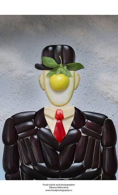"""""""É pra ver ou pra comer""""? A irritante pergunta da piadinha até que cabe no trabalho da fotógrafo russa Tatiana Shkondina, que recriou quadros famosos usando apenas comida. Na imagem, o famoso """"Filho do homem"""" (1964), do pintor belga René Magritte Tatiana Shkondina"""