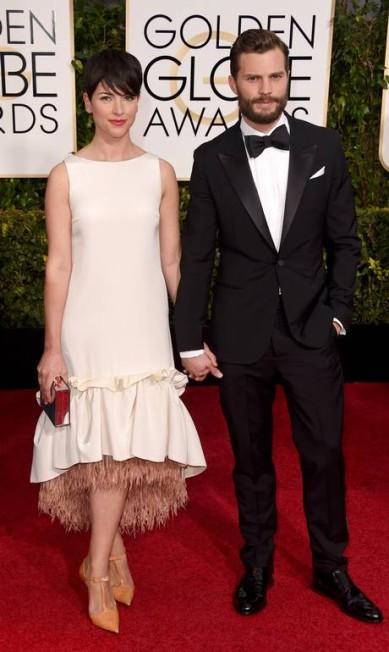 """Jamie Dornan (de """"Cinquenta tons de cinza) e Amelia Warner formaram um dos casais mais bonitos do Globo de Ouro Jason Merritt / AFP"""