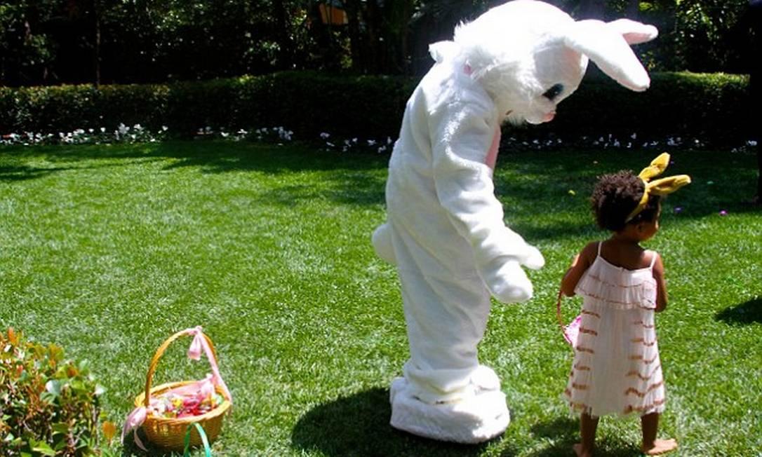 Coelhinho da Páscoa particular: a menina brinca com o personagem © Beyonce/tumblr
