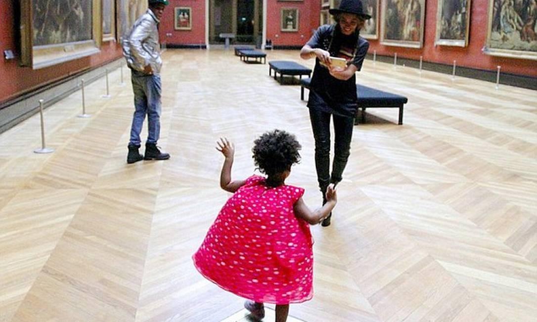 O Louvre como parque de diversões: a pequena corre numa visita privada ao museu Foto: © Instagram