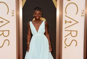 O vestido Prada fez Lupita Nyong'o parecer uma princesa saída dos contos de fadas. Em pouco tempo, a atriz foi comparada pelos internautas no Twitter com Cinderela Foto: Jason Merritt / AFP