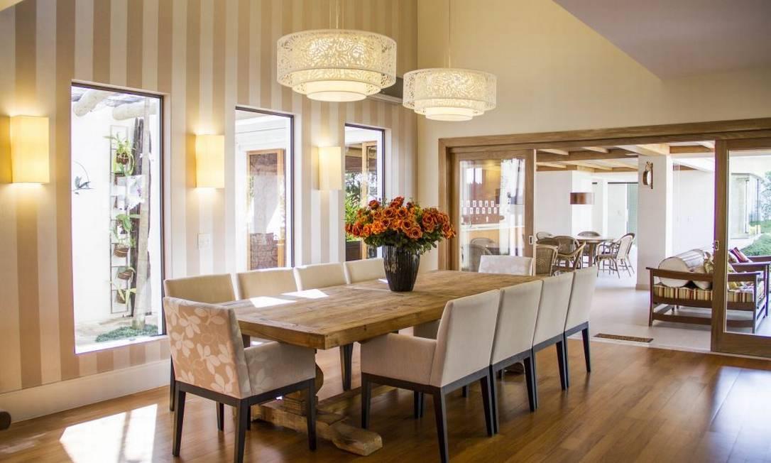 decoracao de interiores em casas de madeira: de jantar em madeira foi composta com cadeiras tradicionais em seda e