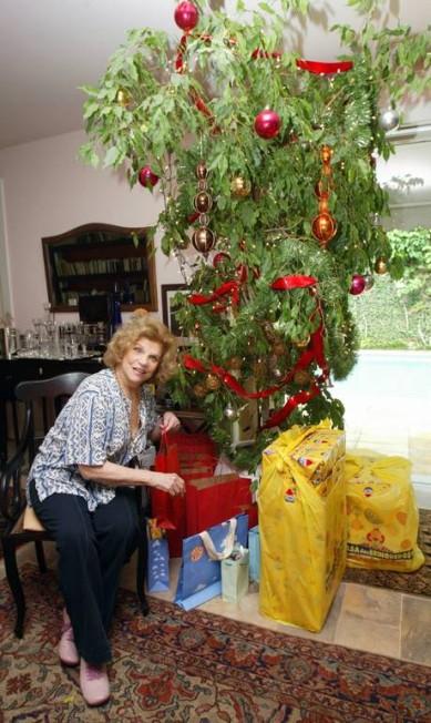 Em 2006, Tônia Carrero exibe a sua árvore de Natal Marcos Ramos / Agência O Globo