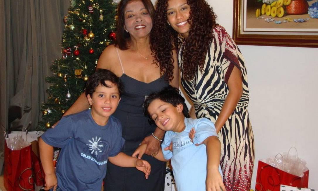Thaís Araújo com a família, em 2010 Divulgação