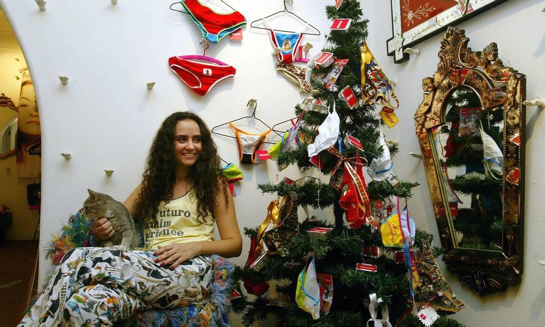 Em 2007, a estilista Alessa Migani produziu uma árvore de Natal nada comum, com calcinhas e quentinhas laminadas (!) Marcos Ramos / Agência O Globo