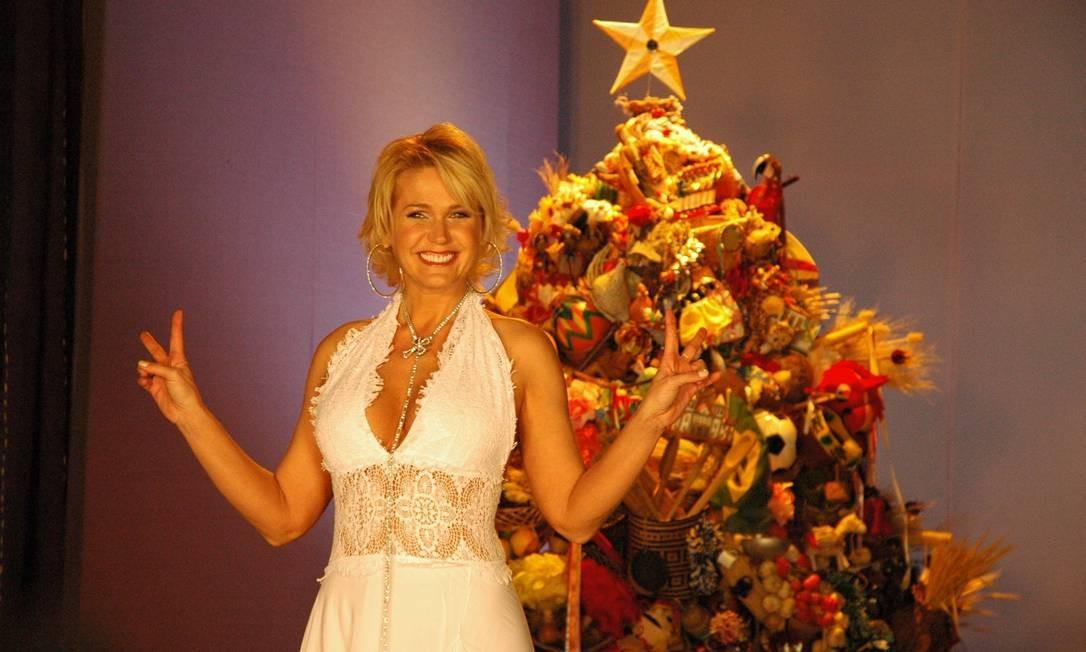 Com os cabelos mais crescidinhos do que hoje, Xuxa posa em foto para o Natal de 2005 Kiko Cabral / Divulgação/TV Globo