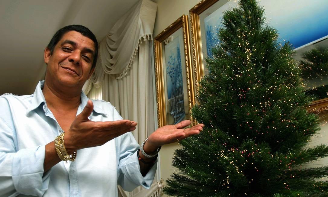 Um orgulhoso Zeca Pagodinho exibe a árvore de Natal da sua casa em 2005 Marcelo Franco / Agência O Globo
