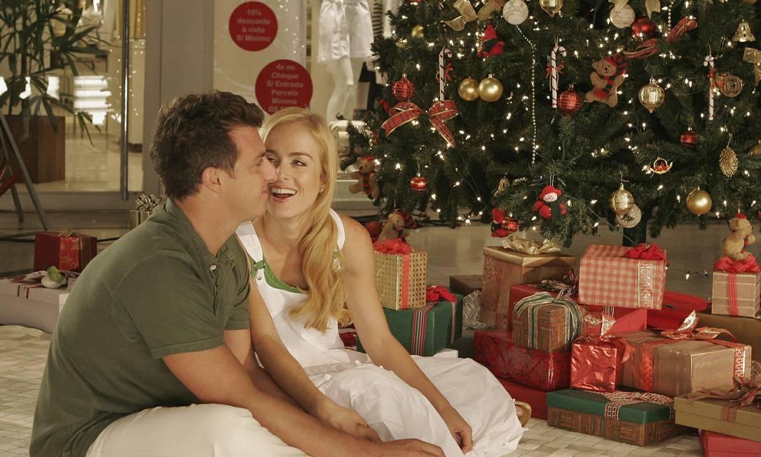 O casal Luciano Huck e Angélica prepara-se para o Natal de 2006 Divulgação