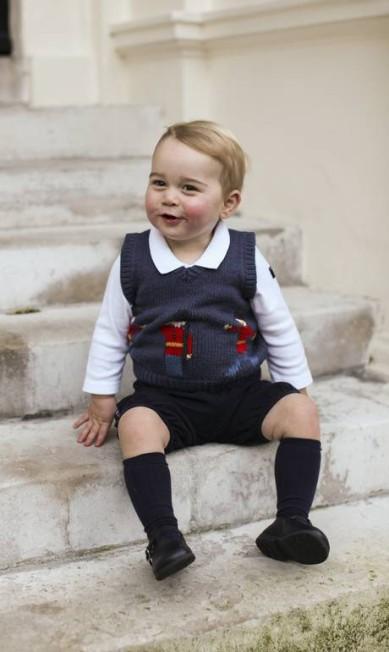 O terceiro na linha de sucessão ao trono britânico foi fotografado nas escadas do Kensington Palace AP