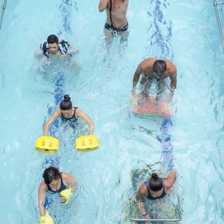 Estepe, cordas, esteira e luvas de boxe (aquáticas) são alguns dos equipamentos usados na aula de Aquacross na Velox Foto: Ivo Gonzalez / Agência O Globo