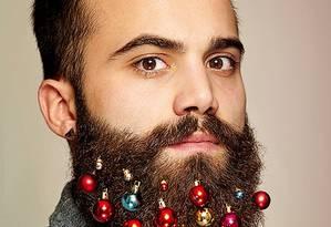 Inspirada na brincadeira hipster de colocar flores na barba, uma agência de publicidade de Londres lançou bolinhas de árvore de Natal que podem ser penduradas nos pelos faciais Foto: Divulgação