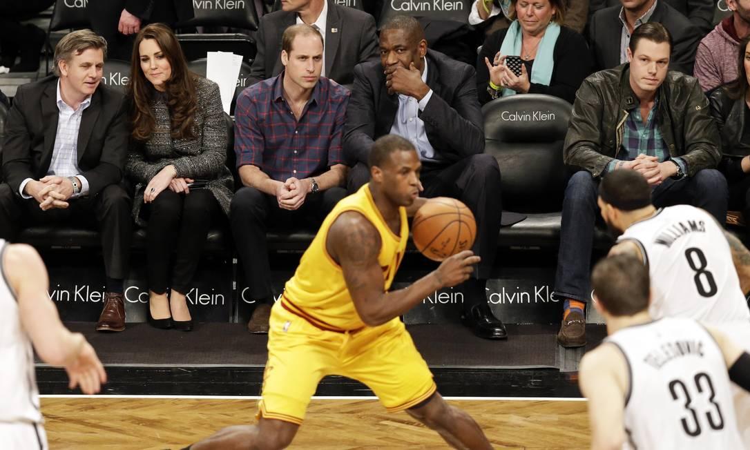 O casal acompanhou atento aos lances do jogo Brooklyn Nets x Cleveland Cavaliers Frank Franklin II / AP