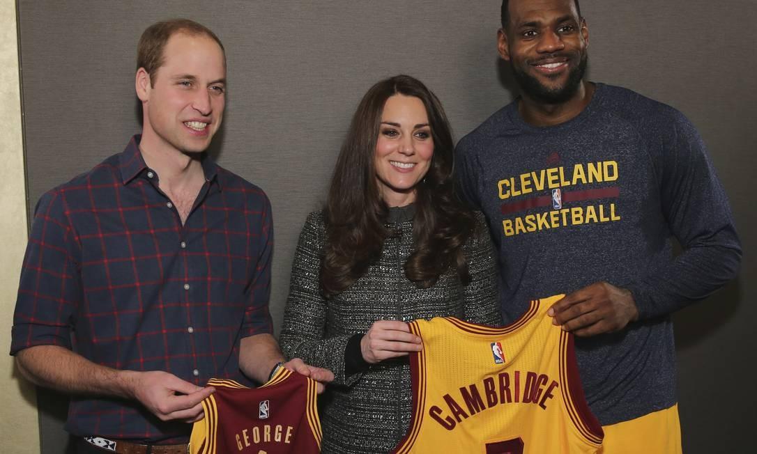 No fim do jogo, William e Kate ganharam presentes de LeBron James Foto: Neilson Barnard / AP