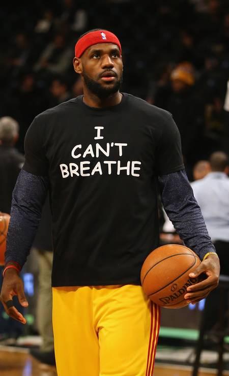 """LeBron James, astro do Cleveland Cavaliers, foi um dos jogadores que usou a blusa com os dizeres """"Eu não consigo respirar"""", o que teria sido as últimas palavras de Eric Garner, que foi estrangulado pelo policial Foto: AL BELLO / AFP"""