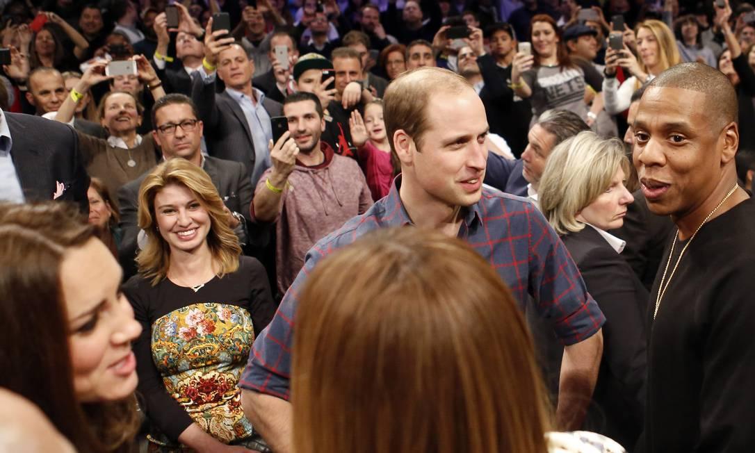 A passagem de príncipe William e Kate Middleton por Nova York segue rendendo bons momentos. Na noite desta segunda-feira, o casal real conheceu Beyoncé e Jay-Z, o casal mais badalado do universo da música, durante um jogo de basquete Kathy Willens / AP