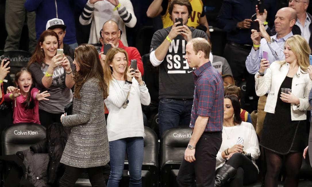 Fãs fotografam o badalado casal Foto: Frank Franklin II / AP