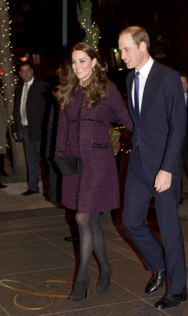 Grávida de seu segundo filho, Kate Middleton exibiu sua barriguinha durante visita aos Estados Unidos. Acompanha de marido, o príncipe William, a duquesa de Cambridge foi simpática com os fotógrafos que estavam em frente ao hotel The Carlyle, neste domingo Chad Rachman / AP