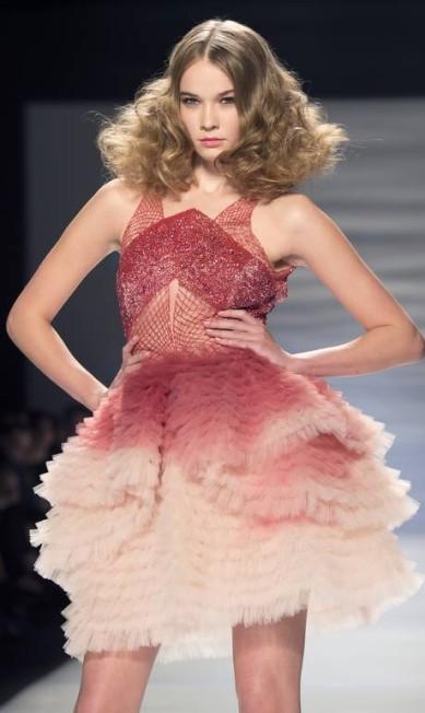 Em outubro, no desfile de Mikael D, na semana de moda de Toronto, no Canadá, a cor esteve presente em vestidos de festa Frank Gunn / AP