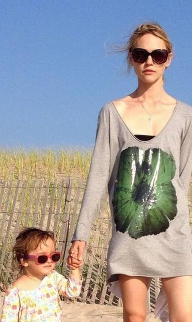 Musa de Miuccia Prada, Sasha Pivovarova tem uma filha chamada Mia Reprodução/ Instagram