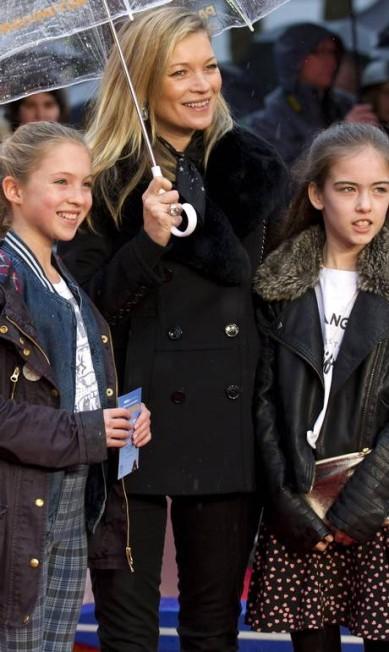 """Recentemente, Lila Grace fez sua estreia no red carpet ao lado da mãe, a supertop britânica Kate Moss. Lila, 12 anos, mesmo discreta já apareceu nas páginas da """"Vogue"""" americana. Mas Kate não é a única a exibir sua herdeira por aí. As tops costumam fazer aparições públicas com seus filhos e postar imagens nas redes sociais. Siga na galeria para conhecer os filhos de outras grandes modelos JUSTIN TALLIS / AFP"""