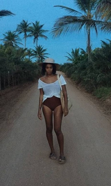 Aqui, Solange mostra sua boa forma em look de praia Reprodução/ Instagram
